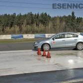 Vyhýbání překážek na kluzkém povrchu při kurzu bezpečné jízdy Sosnová